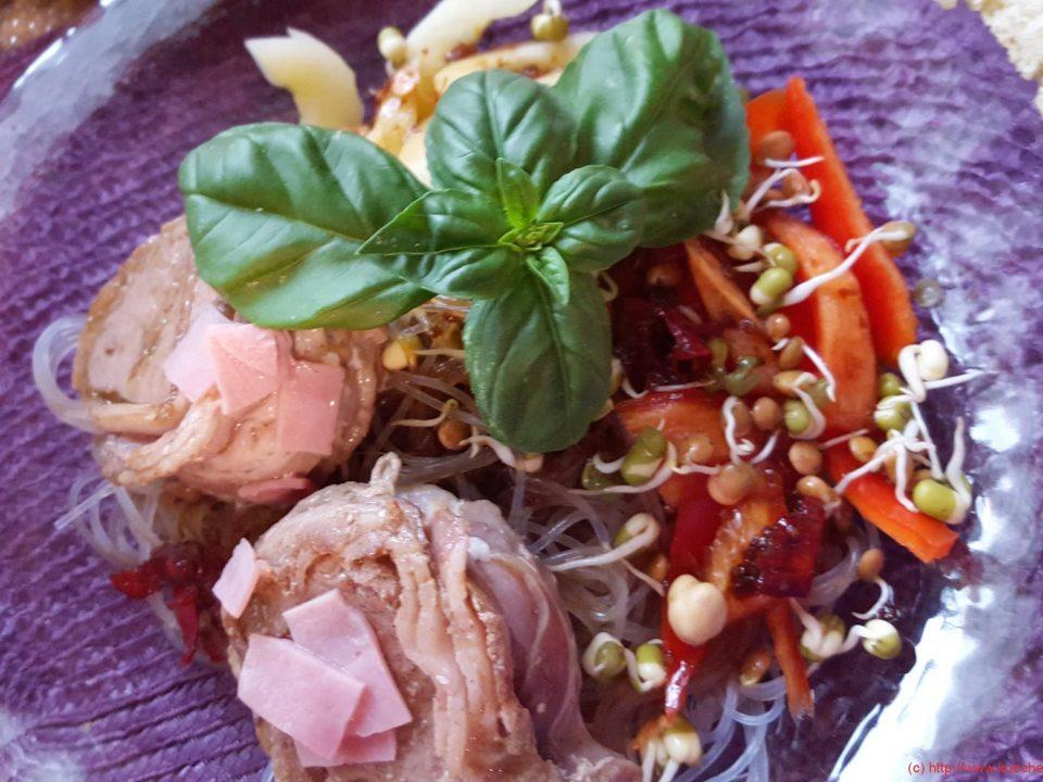 Glasnudelsalat mit Schweinfefiletstücken und Fladenbrot (1)