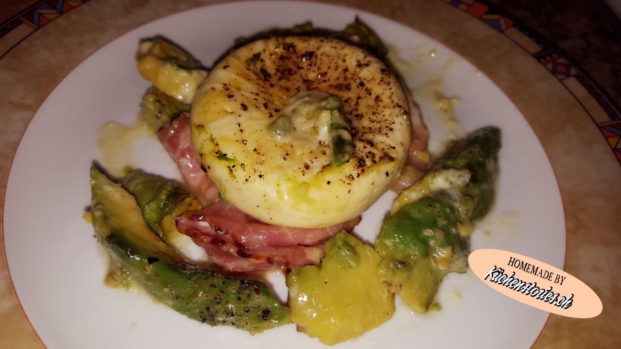 Tommekäse mit Avocado und Speck