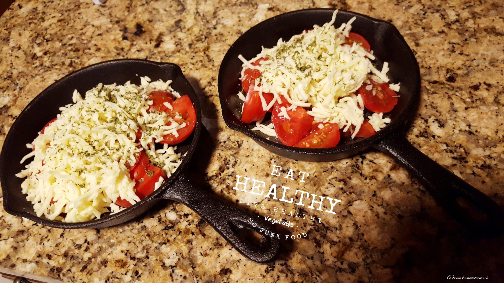 Überbackene Tomaten im Gusseisenpfännchen