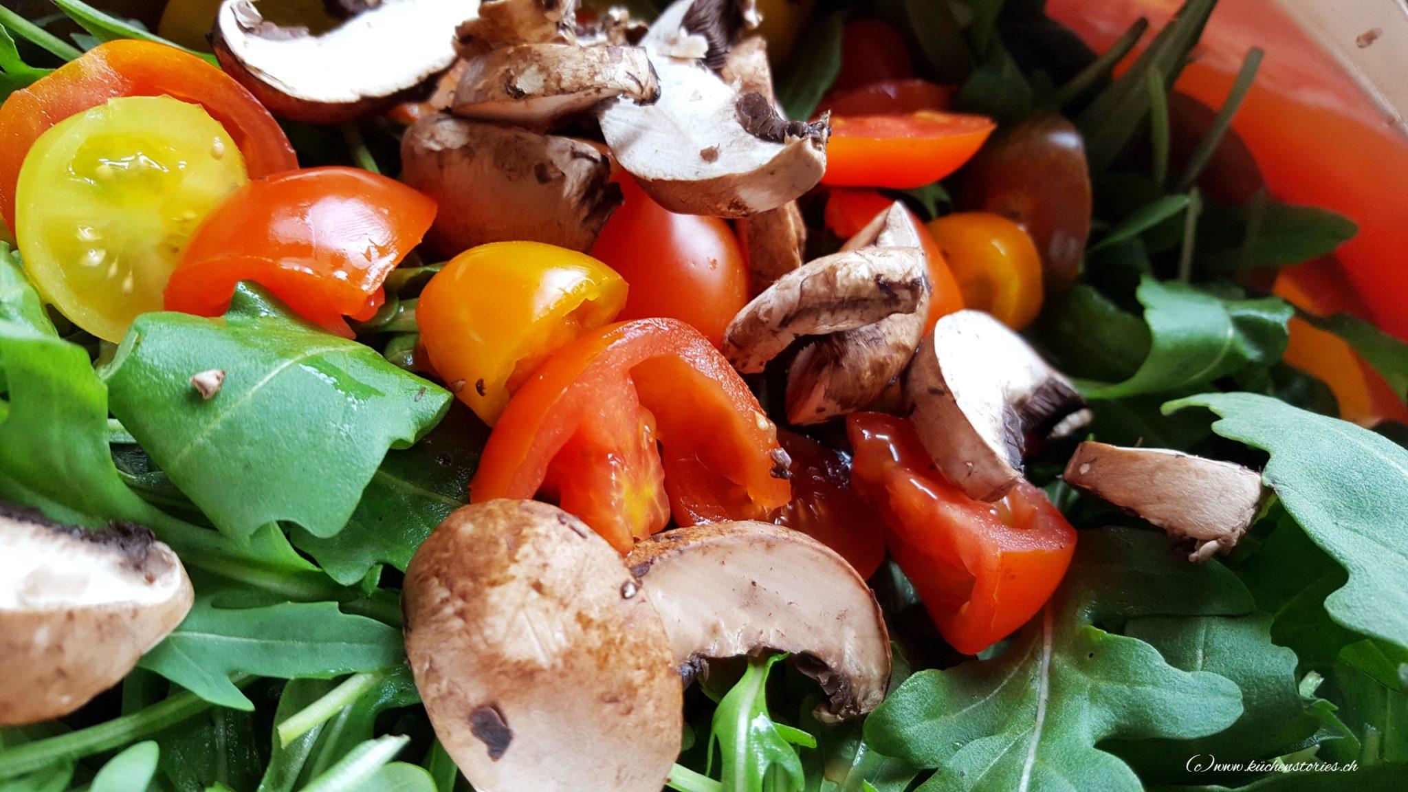 Ruccola-Salat mit Tomaten und Champignons