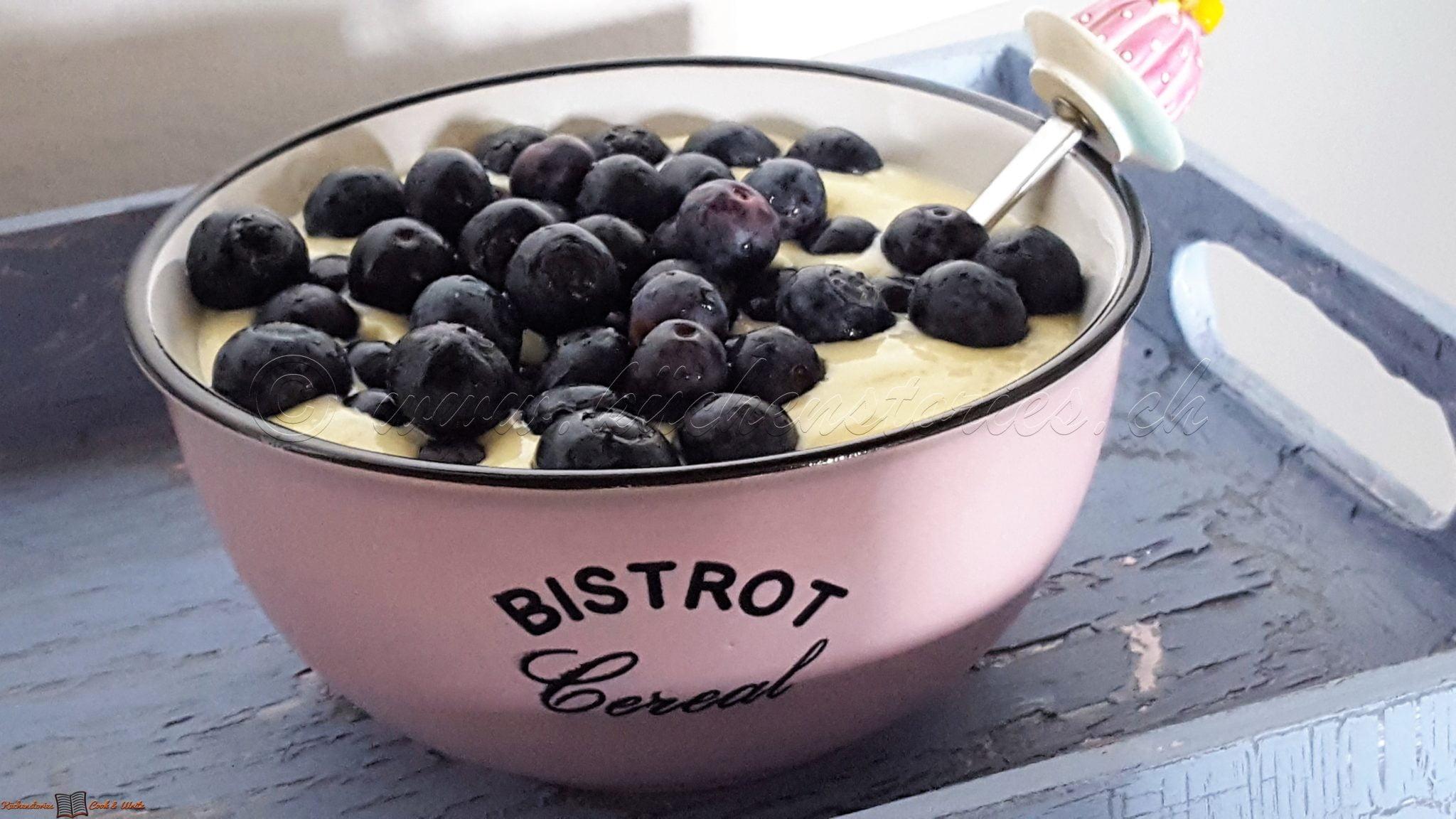 Mango-Skyr-Joghurt mit Blaubeeren