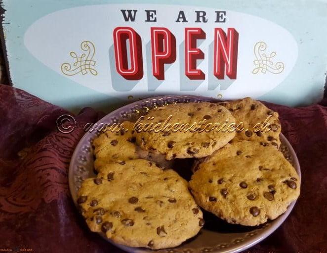 Kakao-Tonkabohnencookies mit Schokostücken